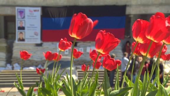 paton walsh ukraine funeral slovyansk_00000101.jpg