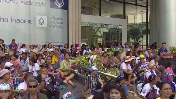 pkg mohsin thaliand anti gov protesters surround tv stations_00001710.jpg