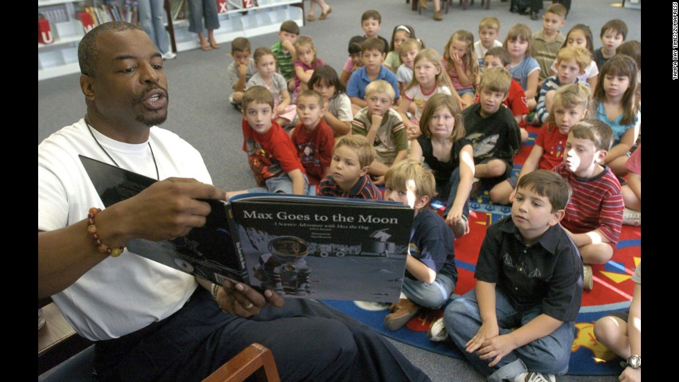 Burton reads to elementary school students in Land O' Lakes, Florida, in 2005.