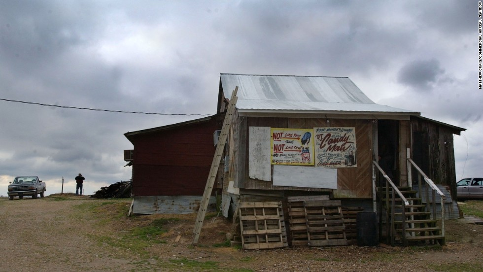 Po' Monkey's Lounge, a popular juke joint run by Willie Seaberry outside Merigold, Mississippi, serves beer from a cooler and has a DJ that plays the blues.