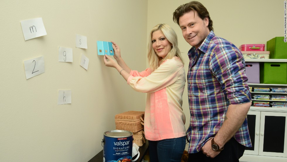 In December 2013, actors Dean McDermott and Tori Spelling had a falling out  after reports