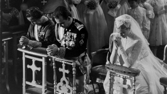 Grace Kelly and Prince Rainier -- shown here kneeling during Mass at their wedding at St. Nicholas Cathedral in Monaco in 1956 -- had a spectacular gathering fit for a king ... uh, prince.