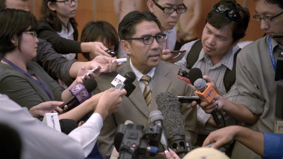 Members of the media scramble to speak with Azharuddin Abdul Rahman, director general of Malaysia's Civil Aviation Department, at a hotel in Kuala Lumpur, Malaysia, on May 27, 2014. Data from communications between satellites and the missing flight was released the day before, more than two months after relatives of passengers said they requested it be made public.