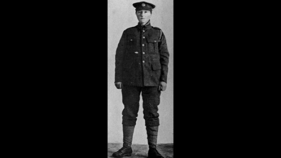 Dorothy Lawrence disguised herself as a man in order to become an English soldier in World War I.