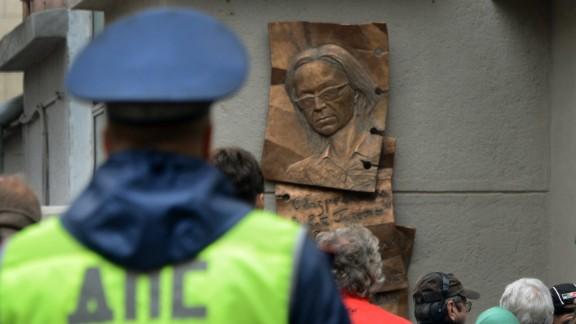 People look at a plaque commemorating slain anti-Kremlin reporter Anna Politkovskaya in Moscow, on October 7, 2013.