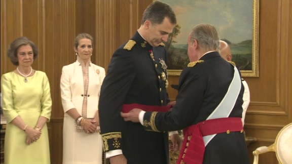 cnni.vo.spain.king.felipe.sash.ceremony_00001807.jpg