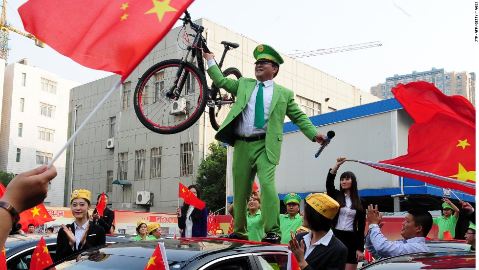 In 2012, Chen bought cars for people in Beijing who lost theirs in anti-Japanese riots. He held a dramatic press conference to give away the cars.