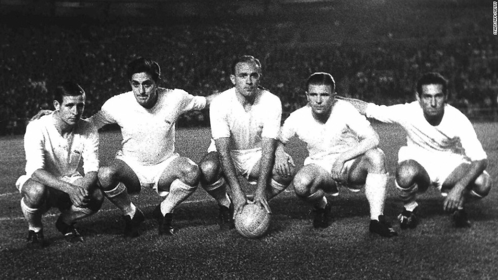 Di Stefano, center, poses with his Real Madrid teammates before the start of a Liga football match on June 6, 1959 at the Bernabeu stadium in Madrid.