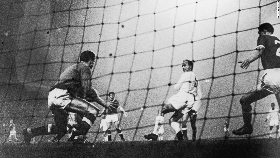 Di Stefano, who was born in Buenos Aires and uniquely played for the Argentinian, Colombian, and Spanish national teams, backheels the ball past the Manchester United goalkeeper on October 2, 1959.