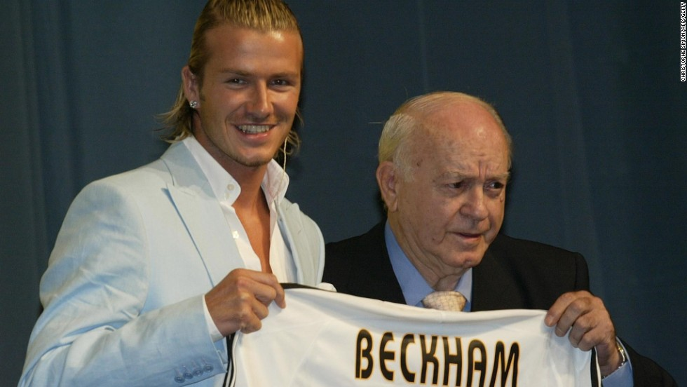 Di Stefano poses with Real Madrid's new signing, David Beckham, at his official presentation in Madrid on July 2, 2003.