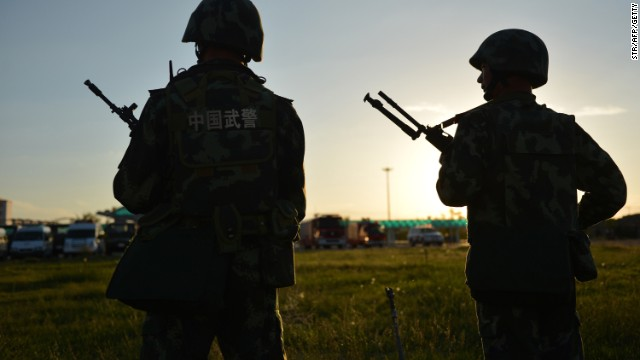 An anti-terrorism force and armed police attend an anti-terrorism joint exercise in Hami,in northwest China's Xinjiang region in 2013.