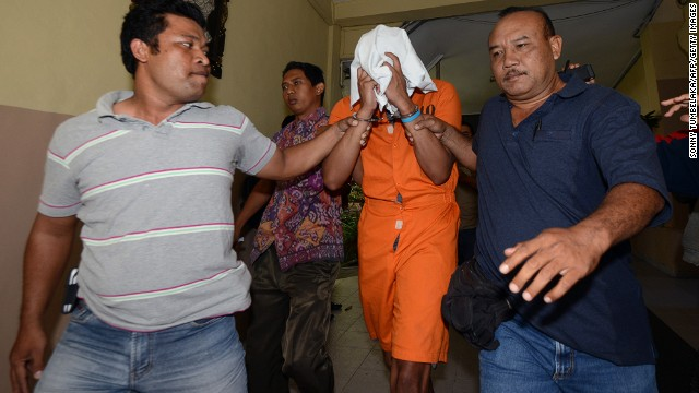 Police escort suspect Tommy Schaffer while in custody at Bali police hospital in  August 2014.