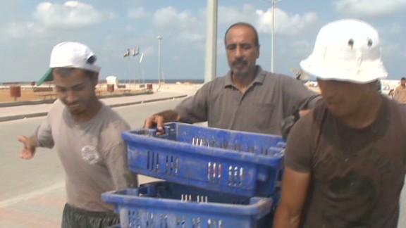 cnni pleitgen pkg gaza fishermen struggles_00020902.jpg