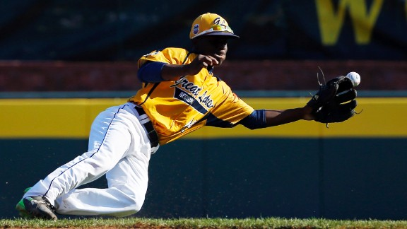 Chicago's Marquis Jackson fails to reach a single by South Korea's Tae Min-moon during the sixth inning on Augutst 24.