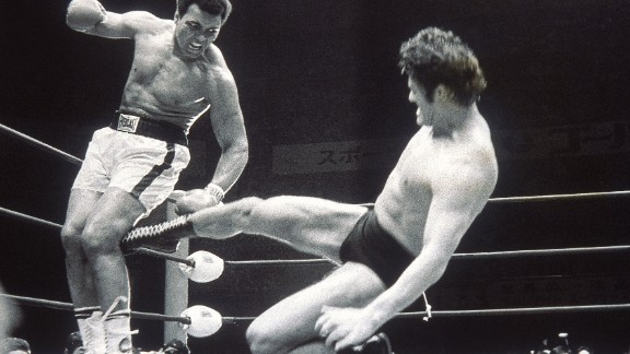 """Former Japanese wrestler turned politician Kanji """"Antonio"""" Inoki strikes out at Muhammad Ali during an exhibition fight in Tokyo, July 5, 1976."""