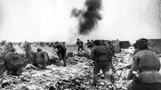 The picture taken in the winter of 1942/43 shows the expulsion of the German army by Soviet soldiers during the Battle of Stalingrad, an important turning point for the victory of the Allies over Germany during the Second World War. The battle that the Germans lost in February 1943 cost 70,000 Germans their lives and brought the Russians 91,000 prisoners of war.
