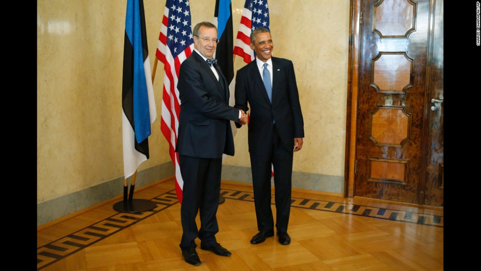 Ilves greets Obama at Kadriorg Palace in Tallinn on September 3.