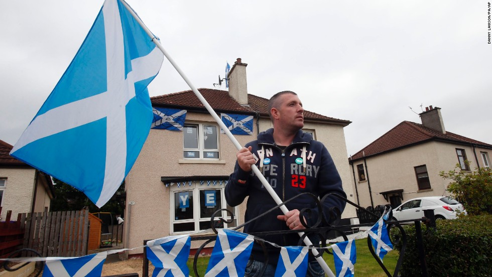 Darren Brander shows his support for Scottish independence outside his home in Glasgow on Monday, September 15.