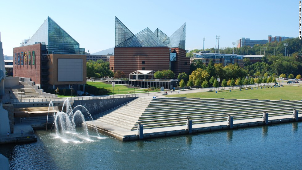 The 20-kilometer Riverwalk is a linear park that starts at Ross's Landing in Chattanooga and finishes in the city center.
