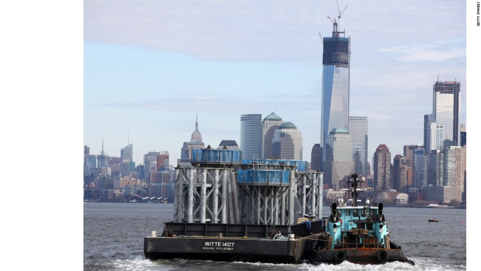 5 de julio de 2012: las piezas de construcción para la aguja de la torre One World Trade Center se abren paso desde Port Newark hasta Lower Manhattan.