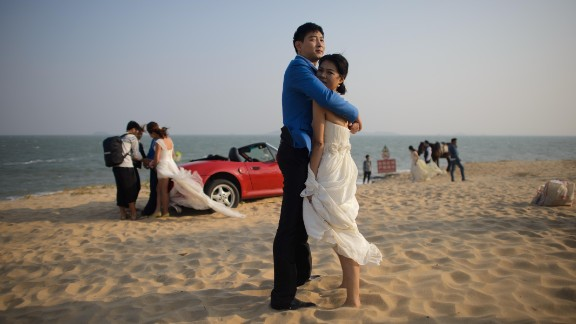 Leaving behind some traditional customs, young Chinese couples are getting more creative with their marriage proposals.