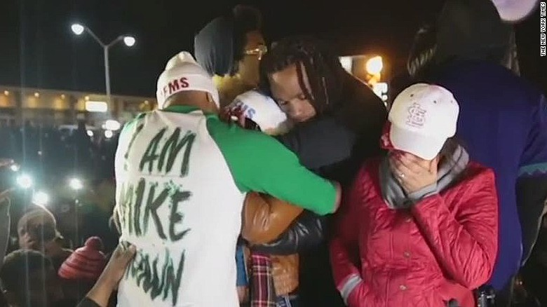 Darren Seals consoles Michael Brown's mother (2014)