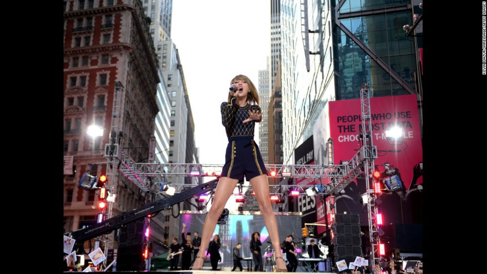 "<strong>October 30: </strong>Singer Taylor Swift performs in Times Square to promote her new album ""1989"" on ABC's ""Good Morning America."""