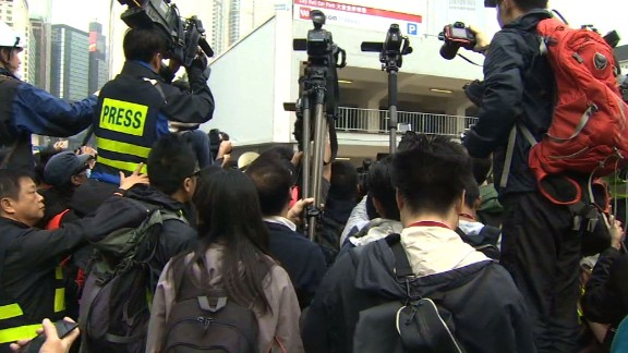 hk protests bailiffs injunction mohsin 8p live_00012222.jpg