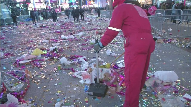 cnnee ny times square after celebrations clean up_00000915.jpg
