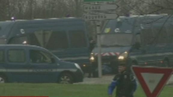 French police surround paris terror suspects_00012728.jpg