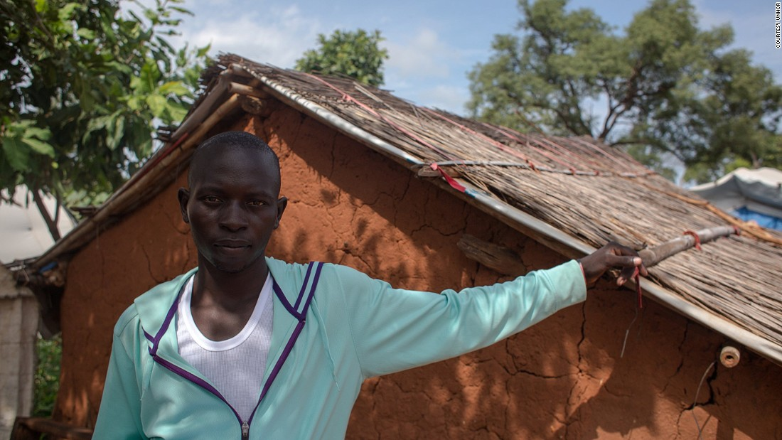 Richard Kunar is 25 years old. He, too, had to stop his schooling when war broke out. He trekked for five days to reach the Yida refugee camp in South Sudan. He ultimately moved to Ajuonk Thok, where he lives alone.