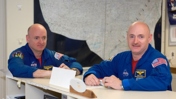 Scott Kelly (left) and his twin, former astronaut Mark Kelly, in 2008.