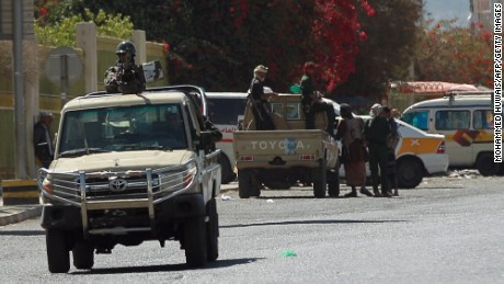 Yemeni soldiers block streets around the presidential palace in Sanaa on January 19, 2015 during fierce clashes between the presidential guard and members of the Shiite Huthi movement, as tensions ran high in theYemeni capital since the Huthis abducted the president's chief of staff Awad bin Mubarak on January 17, 2015 in a bid to extract changes to a draft constitution he has been overseeing.