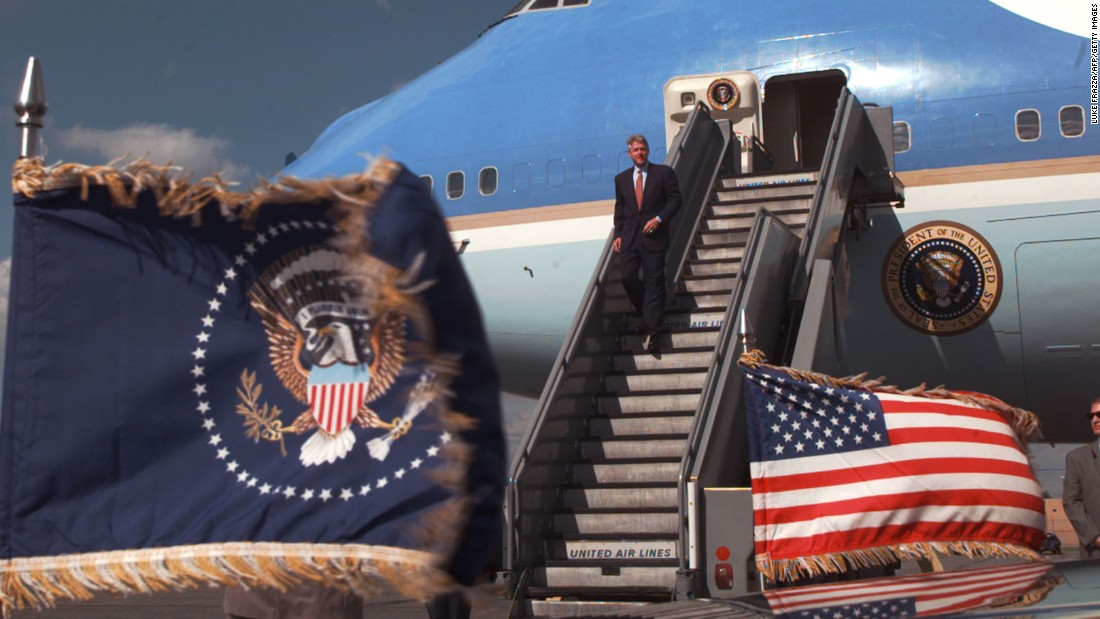 Clinton deplanes Air Force One in Philadelphia in 1996.