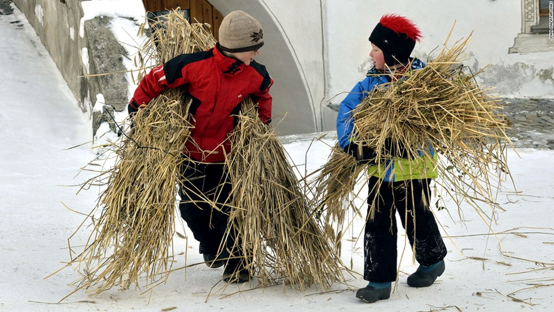 Children of all ages are involved in the construction of the Hom Strom. The youngest carry the rye straw from a barn to the site where the man is assembled.