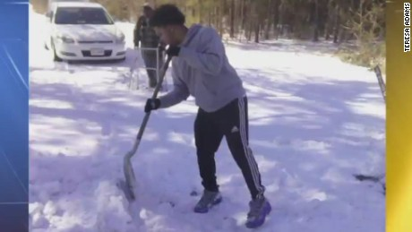 Teen's snowy act of kindness goes viral