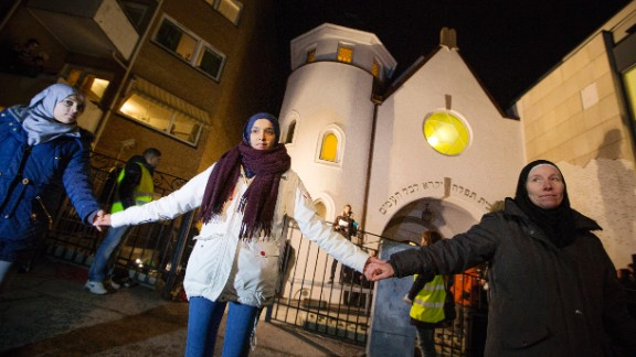"""More than 1,000 people formed a """"ring of peace"""" around the Norwegian capital's synagogue on February 21, 2015. Young Muslims took the initiative after a series of attacks against Jews in Europe."""