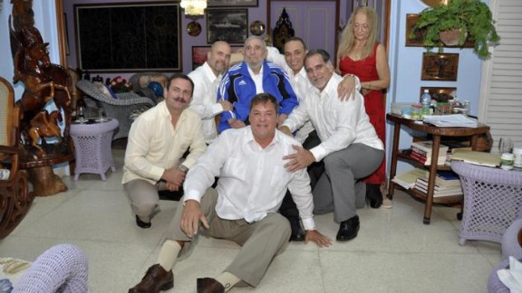 Fidel Castro, in blue, poses with five Cuban intelligence agents formerly jailed in the U.S.