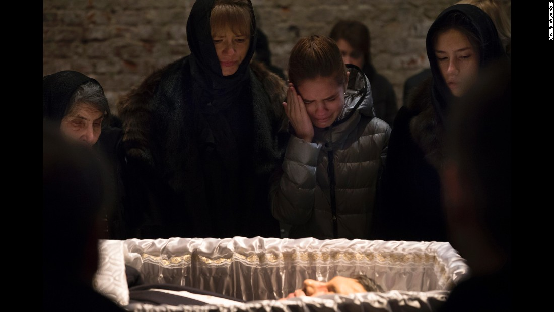 Dina Eidman, the mother of Nemtsov, left, and other relatives pay their last respects in Moscow on March 3.