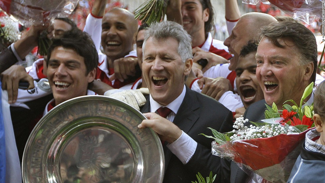 AZ Alkmaar's then-coach Louis van Gaal (R) and director Dirk Scheringa (C) pose with the champion plate as they celebrate their Dutch league title on May 10, 2009