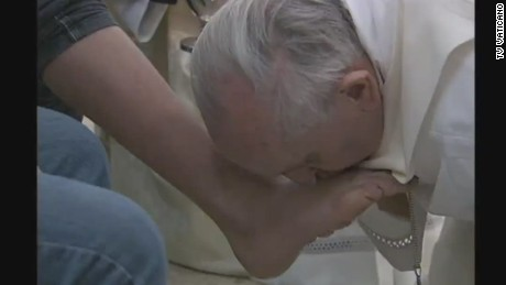 Pope Francis washes feet