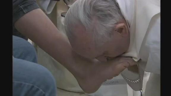 cnnee vo nat vatican tv pope washing prisoner feet_00000404.jpg