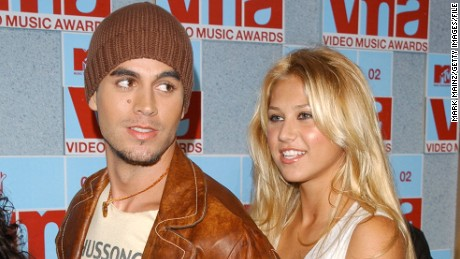 Tennis player Anna Kournikova and singer Enrique Iglesias arrive at the 2002 MTV Video Music Awards at Radio City Music Hall August 29, 2002 in New York City. (Photo by Mark Mainz/Getty Images)