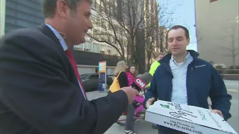 Clinton team delivers pizza to media