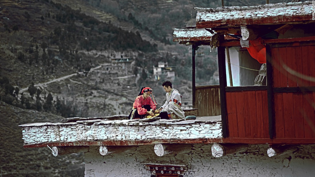 In this photo, the couple are taking corn kernels off the cob in Gerong's hometown of Garze in the Tibetan Autonomous Prefecture.