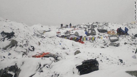 Earthquake triggers avalanches around Mount Everest