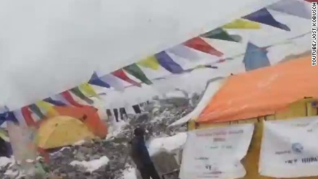 avalanche everest caught on camera earthquake nepal _00001524.jpg