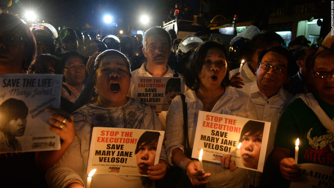 Supports of Filipina Mary Jane Veloso, who was scheduled for execution, hold a candlelight vigil in front of the Indonesian Embassy in Manila, Philippines, on April 28.