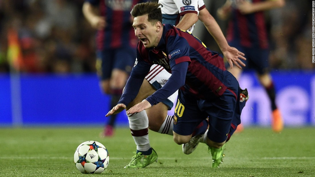 Barcelona's Argentinian forward Lionel Messi (Front) vies with Bayern Munich's Spanish defender Juan Bernat during the UEFA Champions League football match FC Barcelona vs FC Bayern Muenchen at the Camp Nou stadium in Barcelona on May 6, 2015. AFP PHOTO/ LLUIS GENE