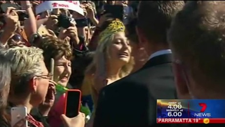 cnnee aussie girl steals a kiss from prince harry_00002401